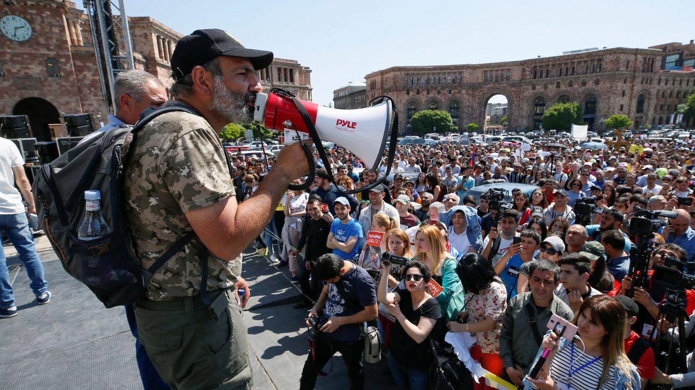 El líder opositor Nikol Pashinyan arenga a sus seguidores en Yereván, el 26 de abril de 2018. (Reuters)