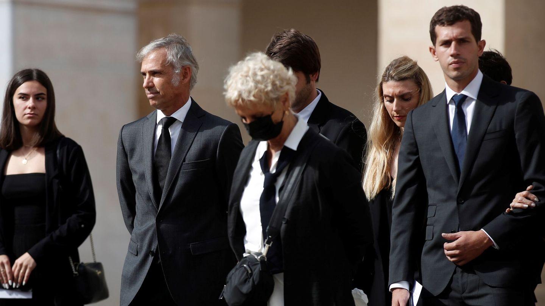 Paul Belmondo, hijo del actor, llega a los Inválidos junto con el resto de la familia. (EFE)