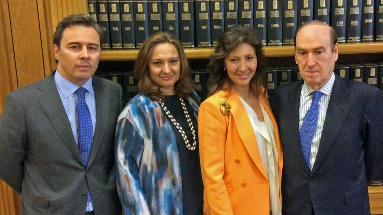 Foto: El presidente de El Corte Inglés, Dimas Gimeno, las hijas de Isidoro Álvarez, Marta (2i) y Cristina, y Florencio Lasaga. (Fundación Ramón Areces)
