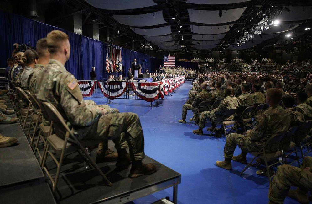 Foto: Militares estadounidenses escuchan al presidente Trump durante su discurso en Fort Myer, Virginia. (Reuters)
