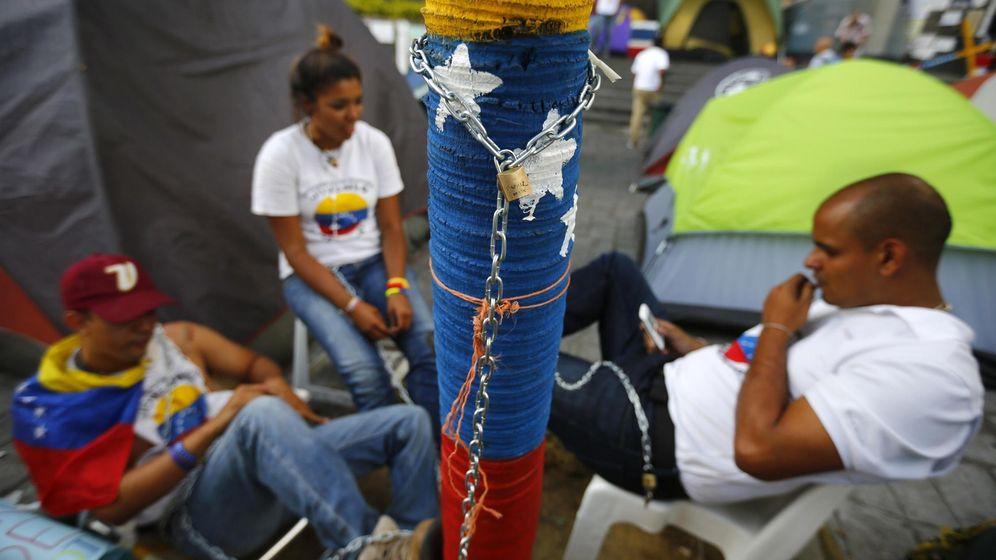 Foto: Opositores encadenados durante una protesta ante las oficinas de la ONU en Caracas, el 28 de abril de 2014. (Reuters)