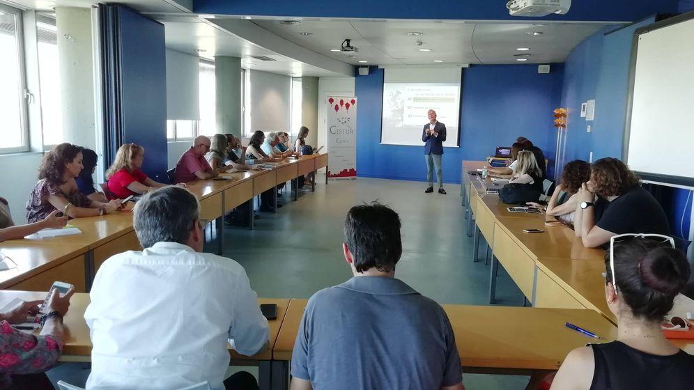 Foto: Profesionales y empresarios turísticos en la charla organizada en el CDT de Valencia para acercar las costumbres chinas al sector
