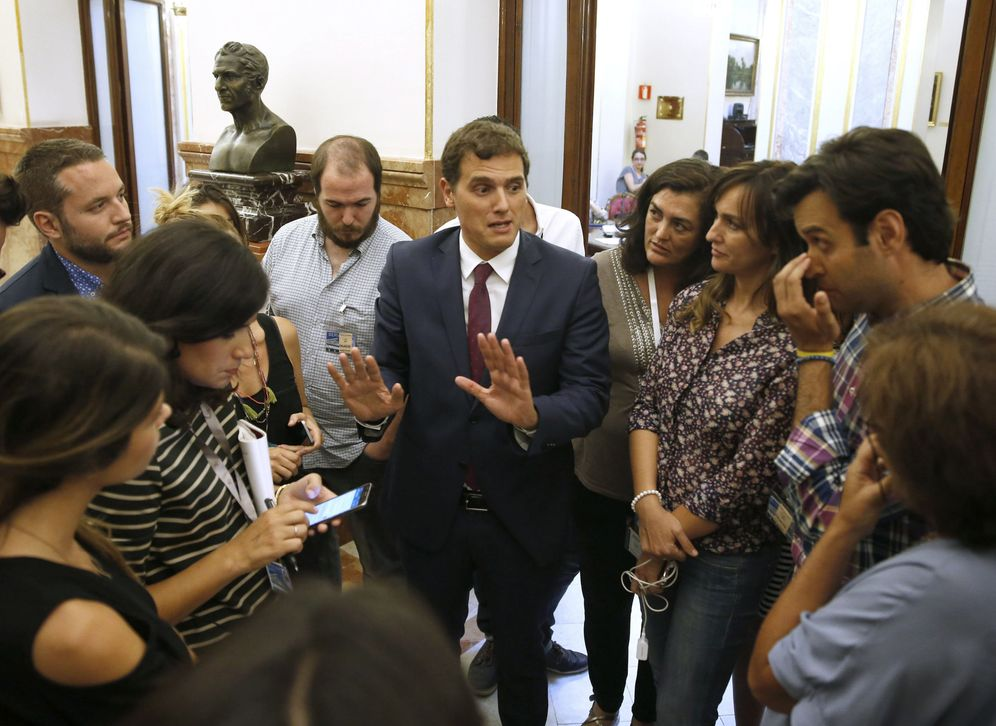 Foto: Albert Rivera, en los pasillos del Congreso, durante el debate. (EFE)