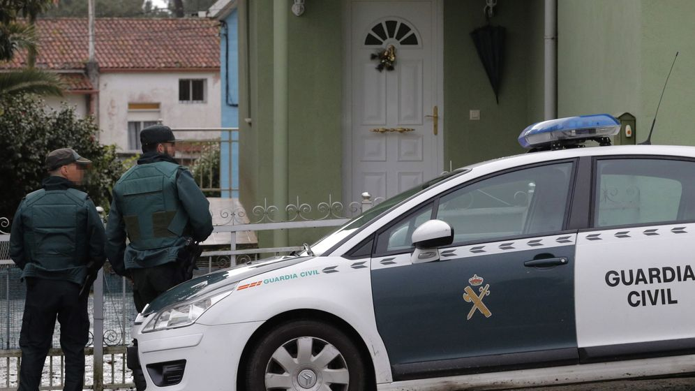Foto: La Guardia Civil registra la casa del Chicle en Rianxo. (EFE)