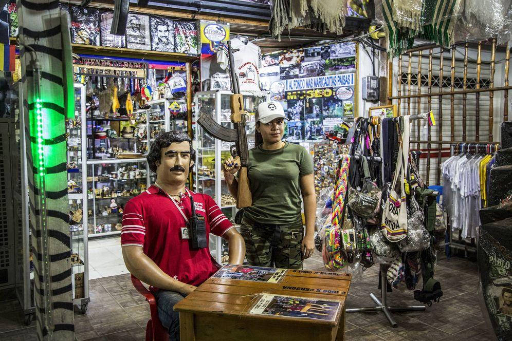Foto: Una tienda con recuerdos de Pablo Escobar en Doradal. (J. Arcenillas)