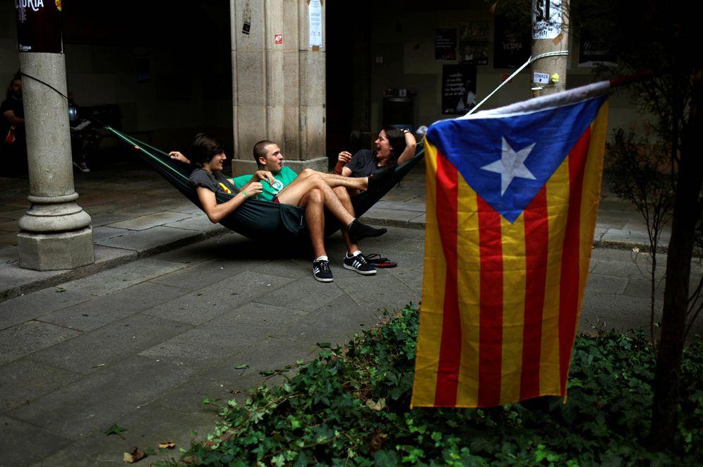 Foto: Estudiantes cerca de una Estelada durante la ocupación de la Universidad de Barcelona. (Reuters)