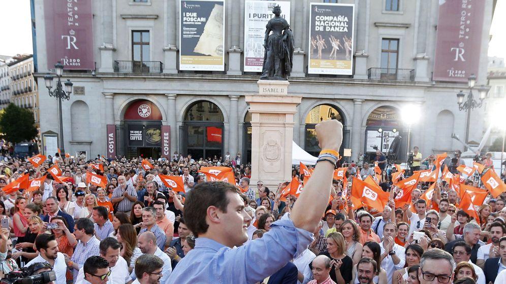 Foto: El candidato a la presidencia del Gobierno por Ciudadanos, Albert Rivera, durante el acto de cierre de campaña de la formación naranja. (EFE)