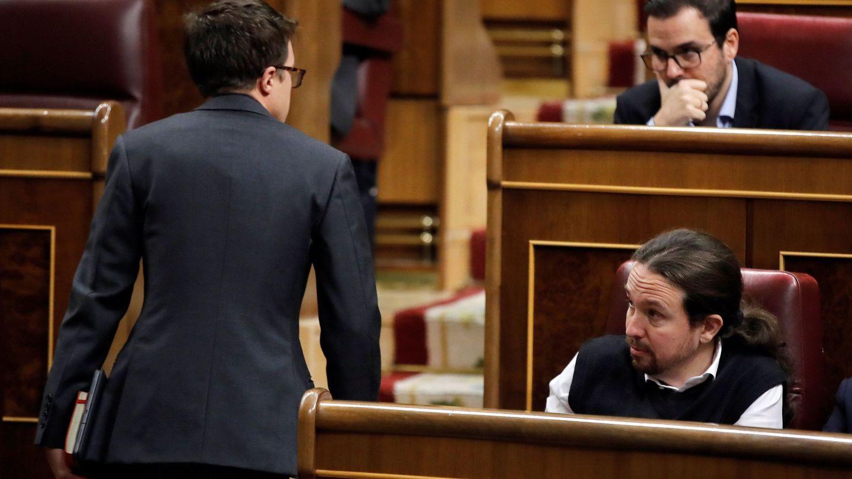 Íñigo Errejón, pasa junto a Pablo Iglesias. (EFE)