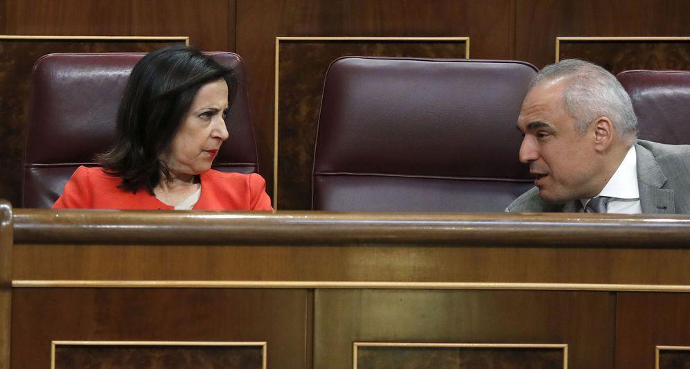 Foto: Margarita Robles, charlando con el secretario general del Grupo Socialista, Rafael Simancas, este 19 de de septiembre. (EFE)