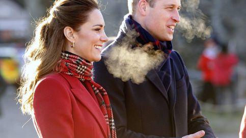 Kate Middleton continúa su criticado tour con Guillermo con este abrigo rojo de Alexander McQueen