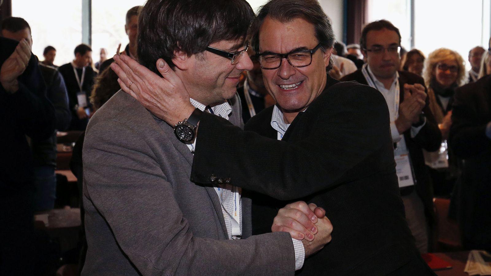 Foto: El presidente de la Generalitat, Carles Puigdemont, saluda al expresidente catalán y líder de Convergència Democràtica de Catalunya, Artur Mas, durante el consell nacional de los convergentes. (EFE)