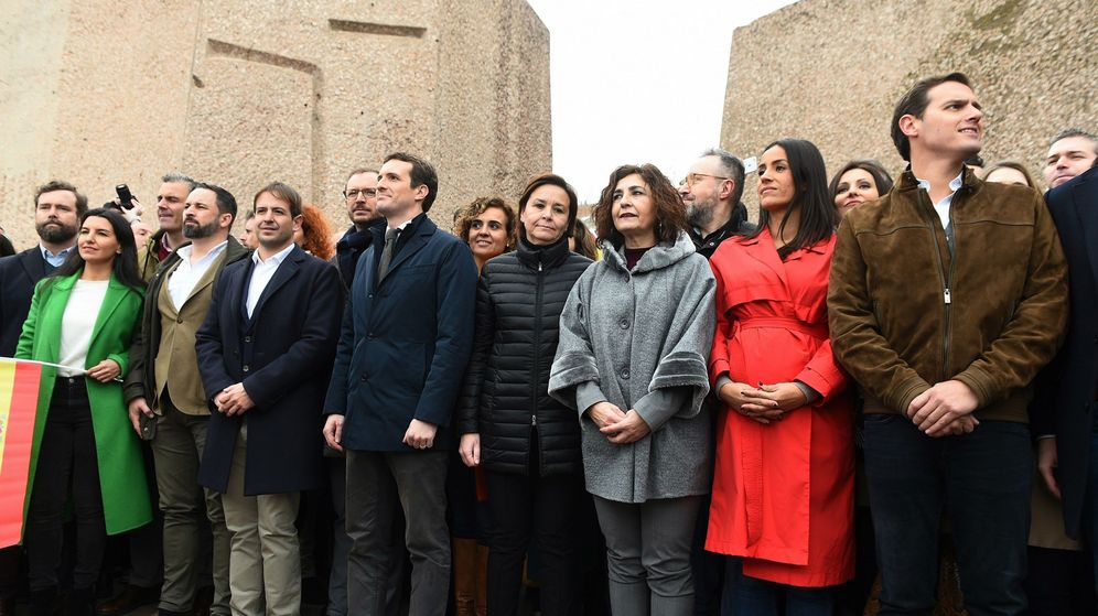 Foto: El presidente de Vox, Santiago Abascal (2i), el líder del PP, Pablo Casado (4i), y el líder de Ciudadanos, Albert Rivera (d), durante la manifestación por la unidad de España en Colón. (EFE)
