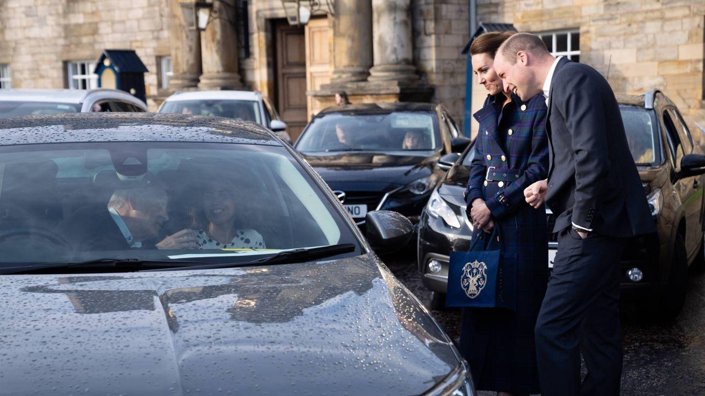 Los duques de Cambridge, hablando con algunos de los invitados al estreno. (Palacio de Kensington)