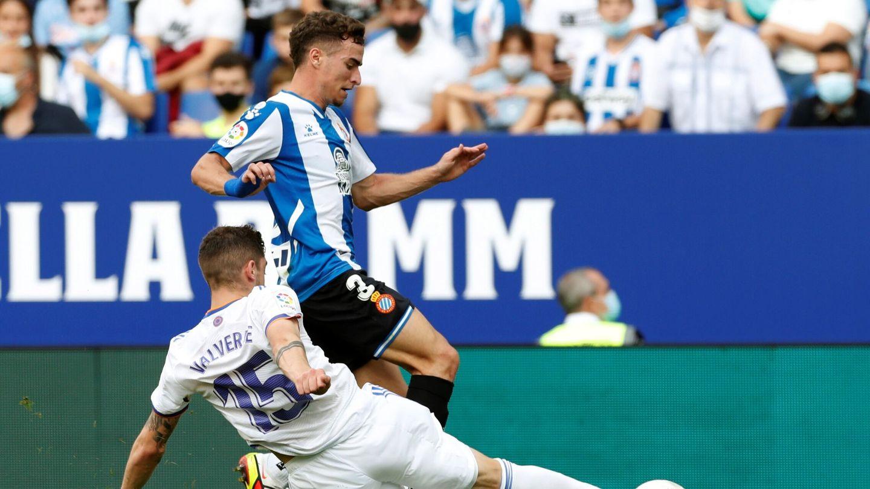 Valverde pelea con Pedrosa por un balón. (EFE)