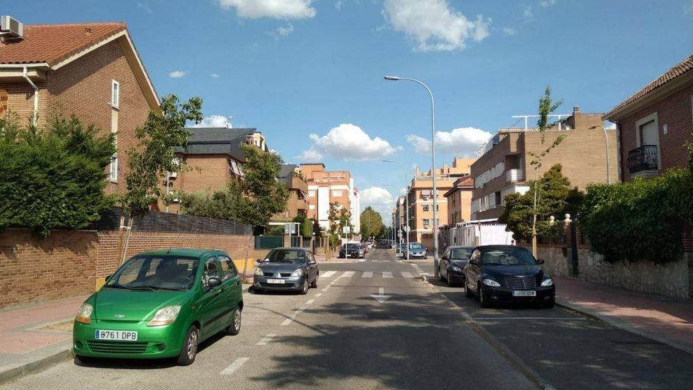 Foto: Calle de ensanche con edificios de pisos de poca altura y chalets en Torrejón. (Foto: Roberto Sánchez)