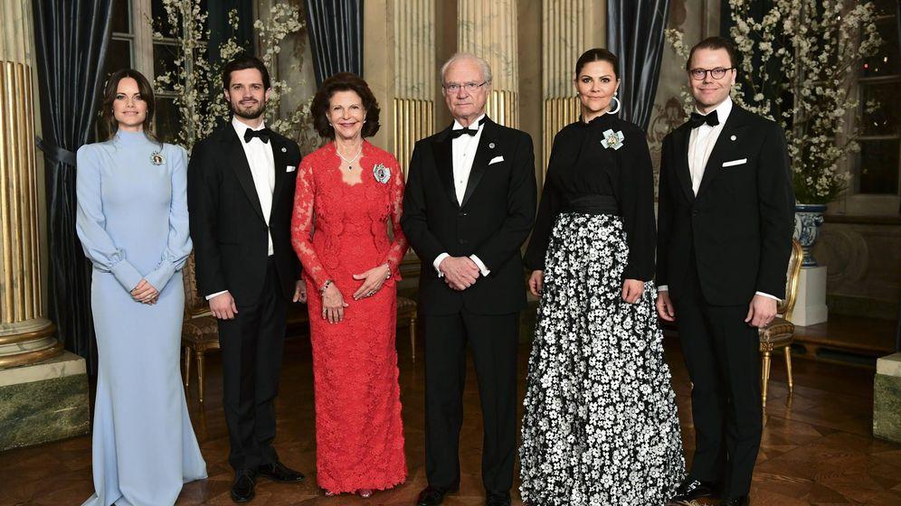 Foto: La familia real sueca posa antes de la cena. (Cordon Press)