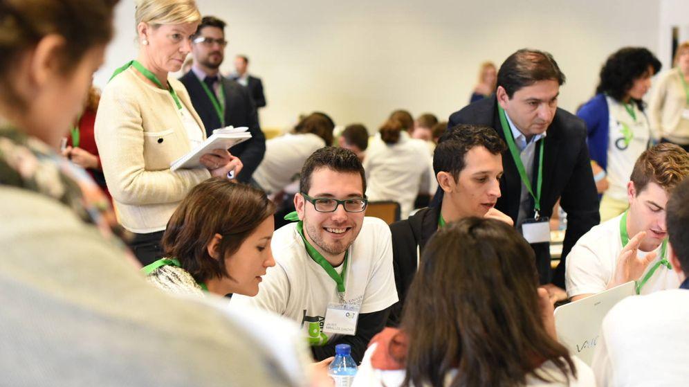 Foto: Alumnos de la UPV participantes de la jornada QdaT; detrás responsables de RRHH de empresas.