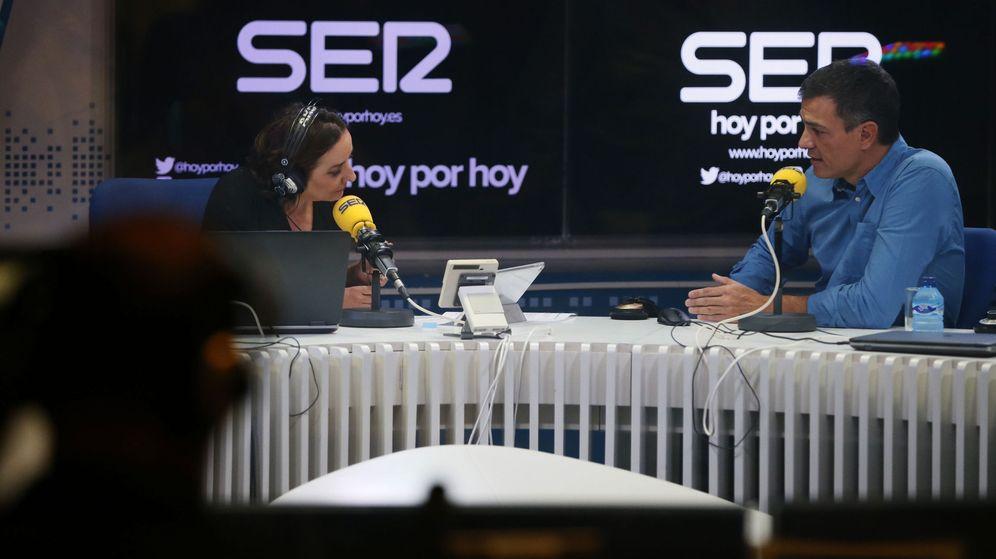 Foto: El secretario general del PSOE, Pedro Sánchez, responde a la periodista Pepa Bueno (i) durante una entrevista en la cadena SER. (EFE)