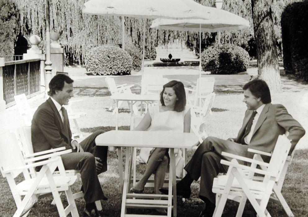 Foto: Julio Iglesias, Carmen Romero y Felipe González en Moncloa en 1983 (EFE)