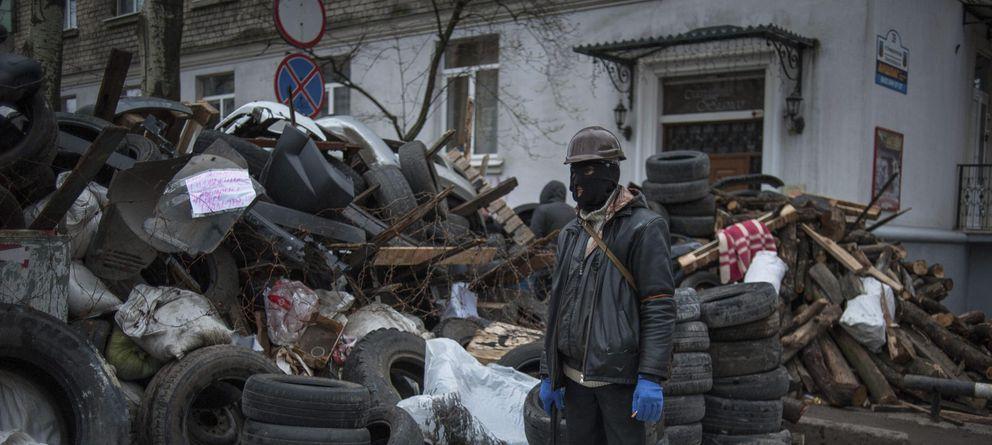 Foto: Un manifestante prorruso vigila las inmediaciones del edificio de la administración regional ocupado en Lugansk (Efe).