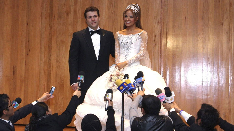 Gloria Trevi y Armando Gómez, tras su boda religiosa. (Reuters)