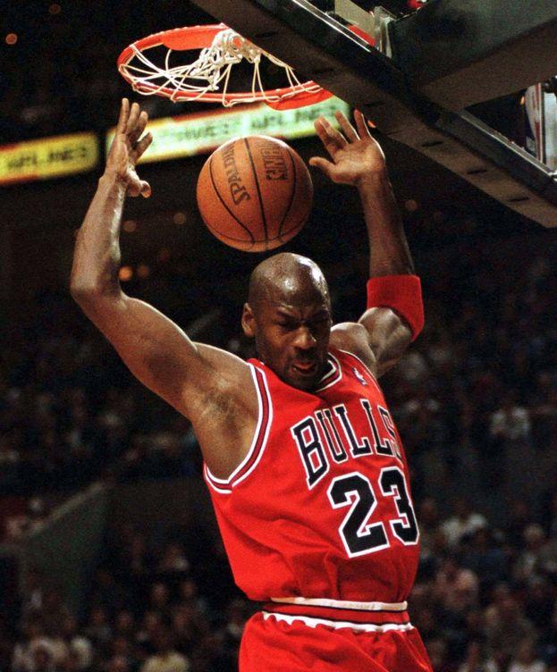 Proceso Inconcebible Levántate  NBA: Cinco minutos de Michael Jordan machacando para celebrar sus 55 años