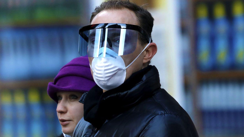 Foto: Un hombre con gafas y mascarilla protectora en Nueva York (EFE)