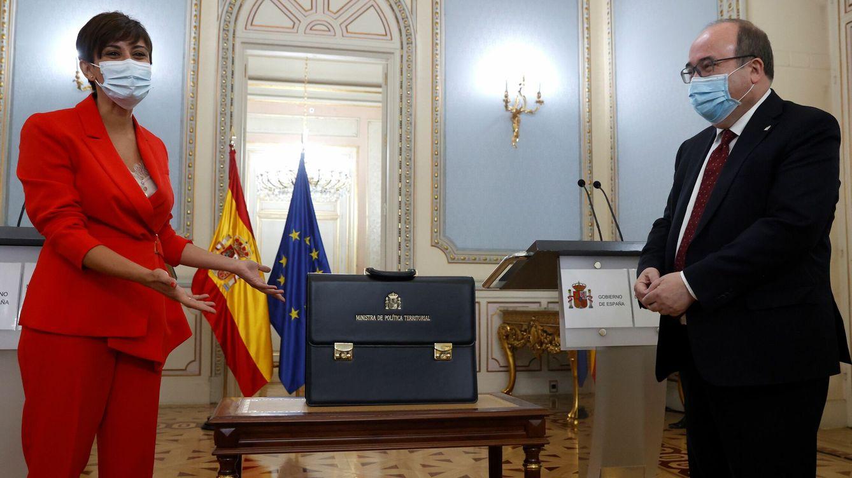 Foto: La ministra de Política Territorial, Isabel Rodríguez, recibe la cartera ministerial de su predecesor Miquel Iceta, este lunes, durante una ceremonia en el Ministerio de Política Territorial, en Madrid. (EFE)