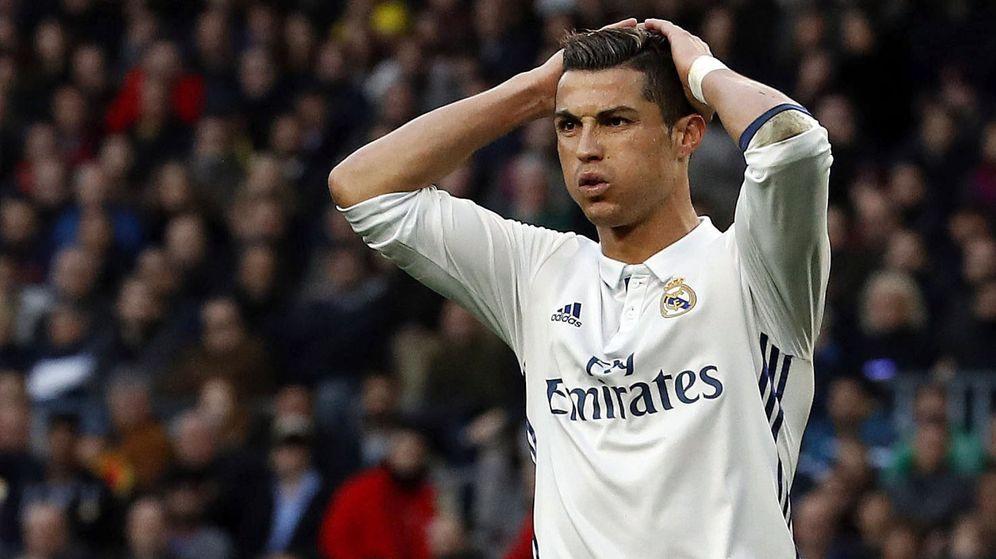 Foto: El delantero portugués del Real Madrid, Cristiano Ronaldo, durante el partido disputado este sábado ante el FC Barcelona. (EFE)