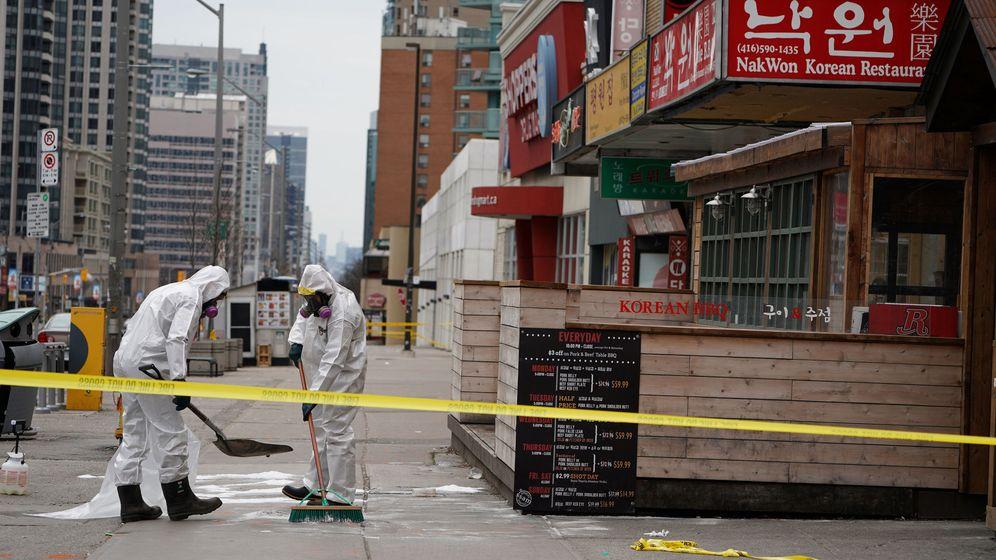 Foto: Trabajadores limpiando la sangre de la calle de Toronto donde se produjo el atentado. (Reuters/Carlo Allegri)