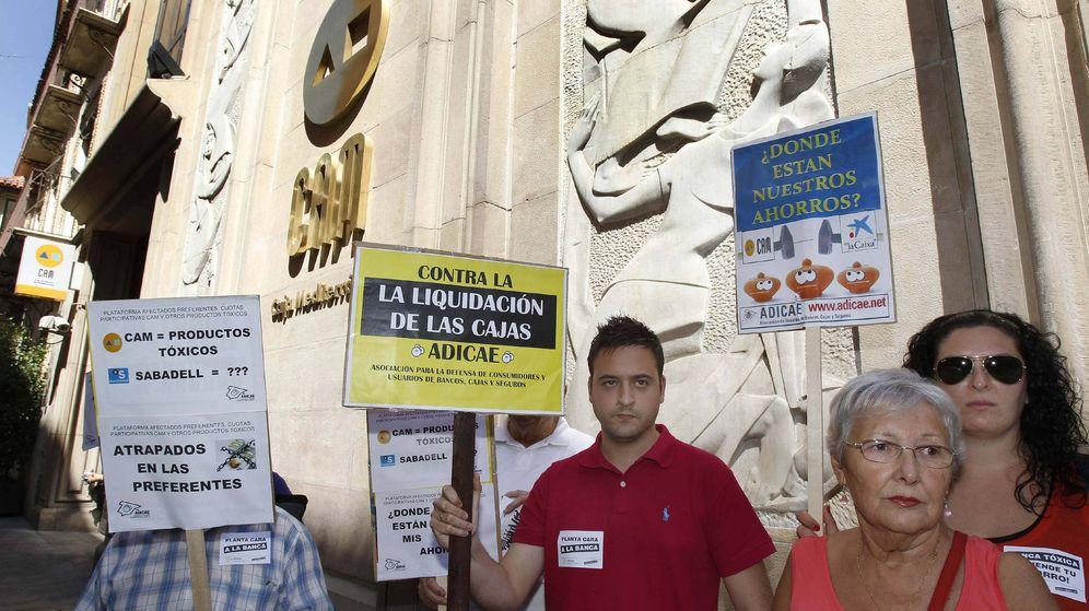Foto: Foto de archivo de varias personas protestaron hoy ante la sede de Caja del Mediterraneo (CAM) en Murcia. (EFE)