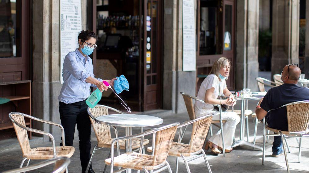 Foto: Una trabajadora toma medidas en una terraza de la plaza Real de Barcelona (EFE Marta Pérez)