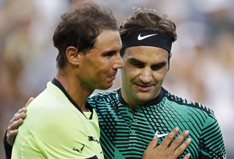 Foto: Roger Federer (d) saluda a Rafael Nadal después de vencerlo. (EFE)