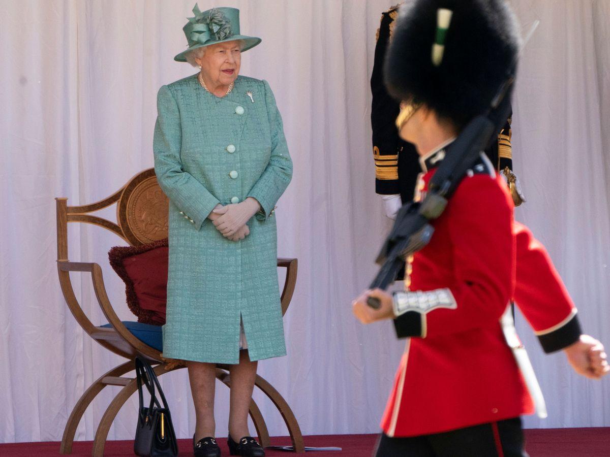 Foto: La reina Isabel, presenciando el desfile militar con motivo de su cumpleaños. (Reuters)