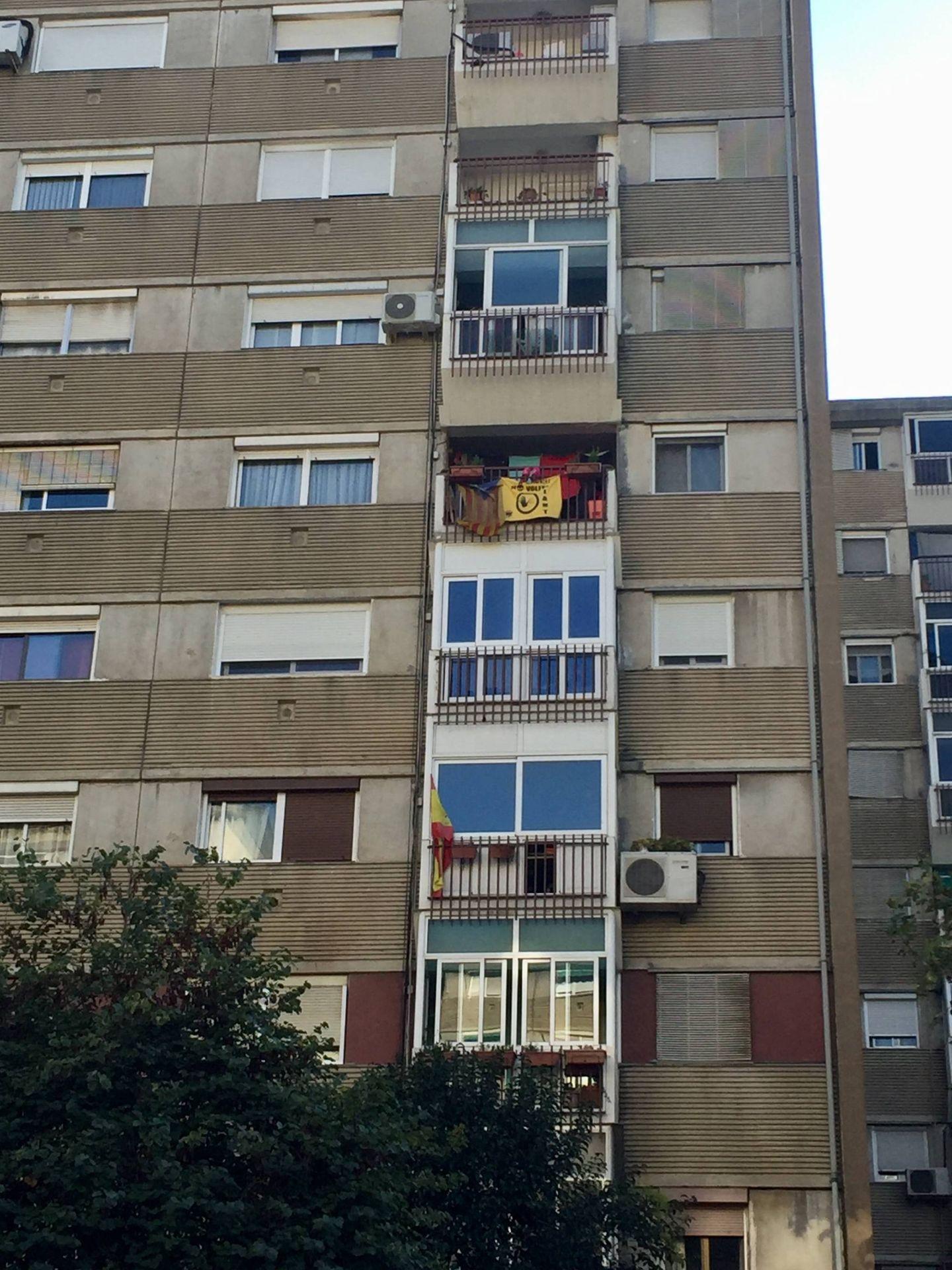 Una estelada y una bandera de España colgadas de los balcones de un bloque de viviendas en la avenida de Burgos de Badia, este 29 de septiembre. (J. R.)