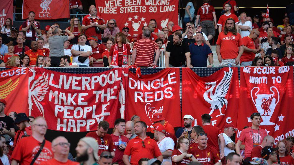 Foto: Los aficionados del Liverpool en la grada del Metropolitano. (Efe)