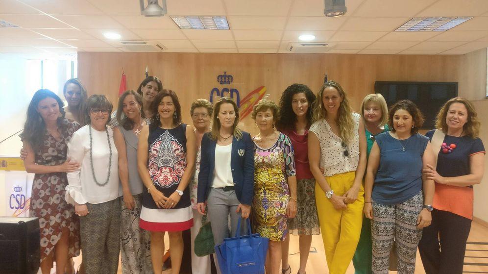 Foto: María José Rienda (cuarta por la izquierda en primera fila), posa con mujeres del deporte español tras su toma de posesión como presidente del CSD. (Foto: D. O.)