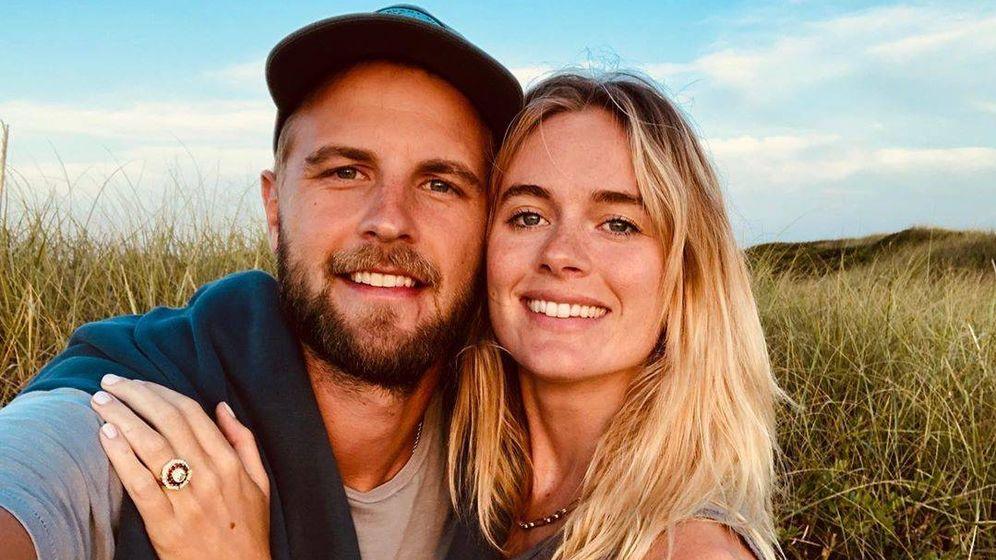 Foto: Cressida Bonas muestra su anillo de compromiso junto a su novio. (Instagram)