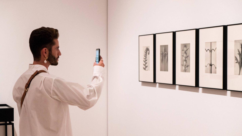 El influencer Pelayo Díaz, fotografiando algunas de las piezas de la exposición.  (Cortesía)