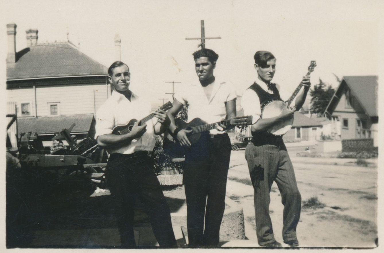 Guitarra, ukelele y banjo. España, Hawái y California (Monterey): la odisea de una familia interpretada por tres instrumentos de cuerda.