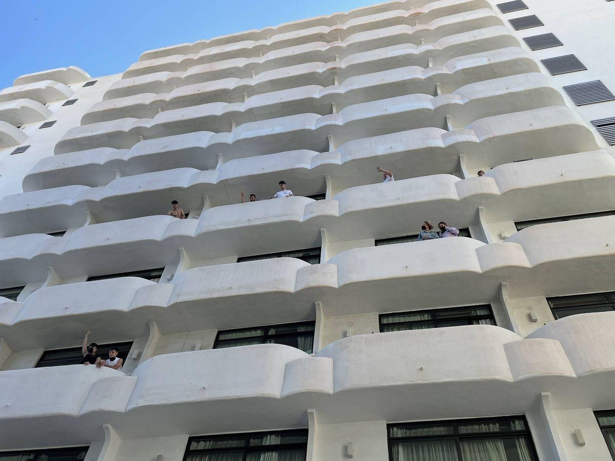 Foto: Adolescentes confinados en los balcones del hotel Palma Bellver. (D.B.)