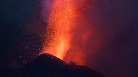 Foto de Directo | La nueva boca del volcán de La Palma obliga a ampliar las evacuaciones de vecinos