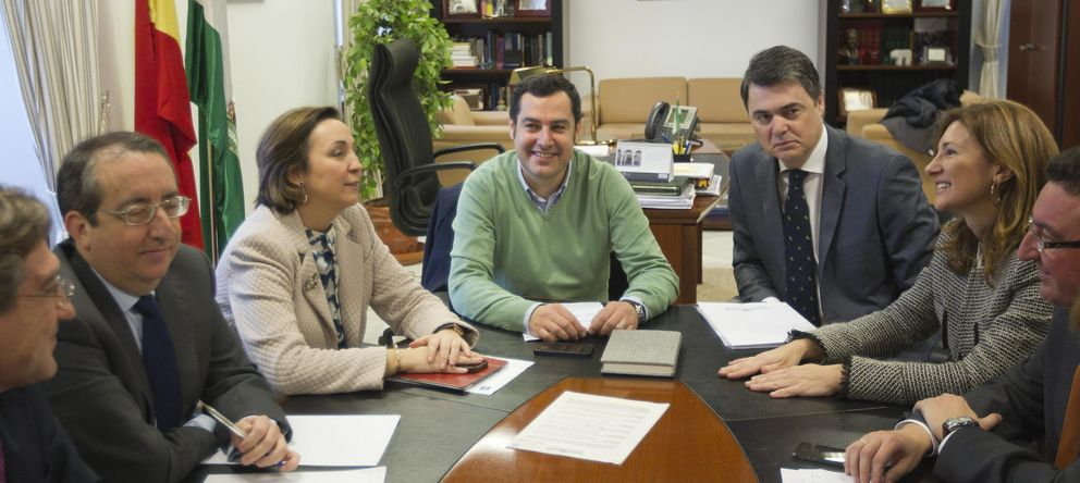 Foto: El candidato a la presidencia del PP-A, Juan Manuel Moreno Bonilla (i), con el grupo parlamentario. (EFE)