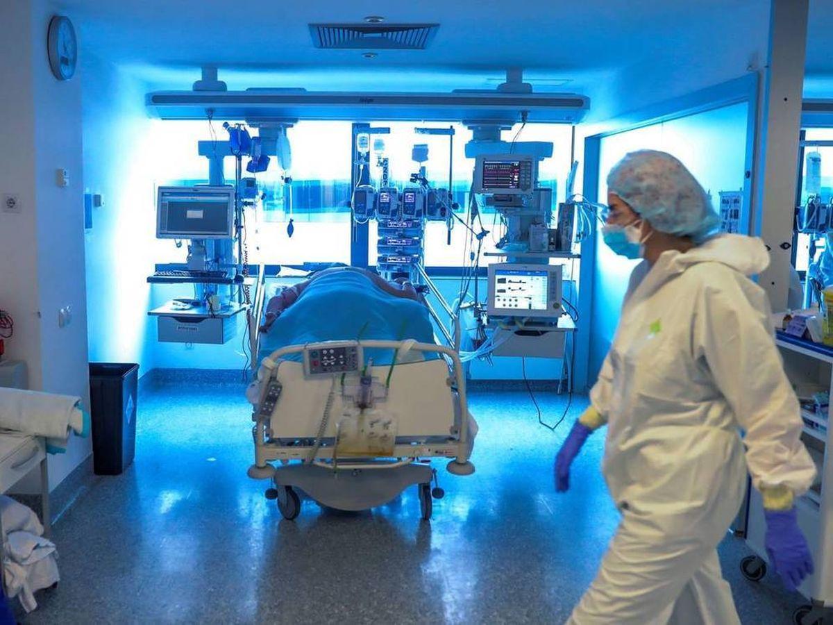 Foto: Personal médico de una UCI en el hospital Puerta de Hierro. (EFE)
