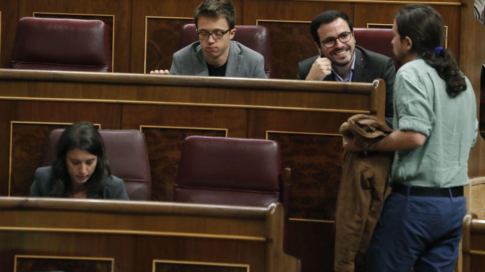 Foto: El líder de Unidos Podemos, Pablo Iglesias (d), conversa con los diputados Alberto Garzón e Íñigo Errejón (i), durante un pleno del Congreso. (EFE)