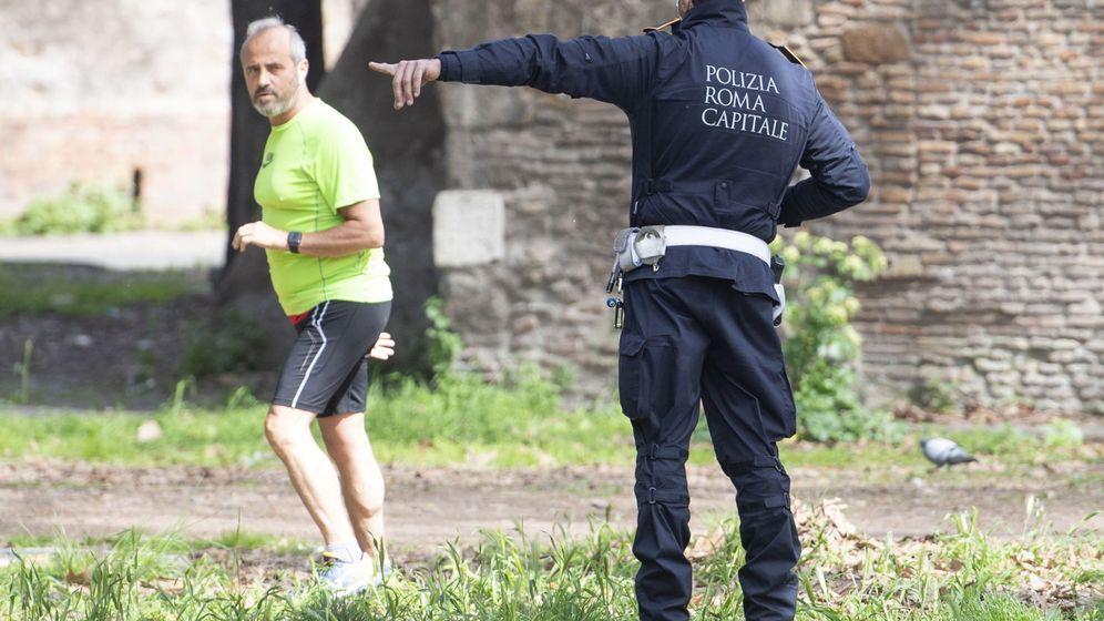 Foto: Un policía municipal habla con una persona haciendo deporte en Roma (EFE)