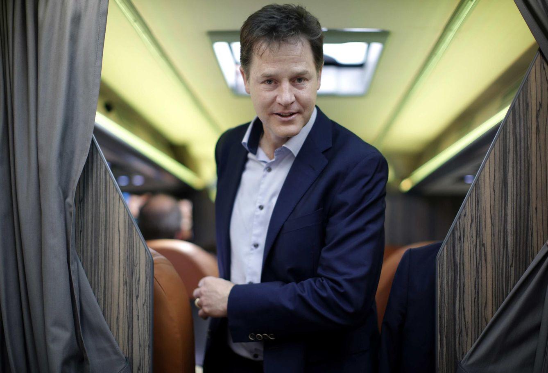 Foto: El líder de los Liberal-Demócratas, Nick Clegg, en su autobús de campaña tras un acto en Twickenham (Reuters).