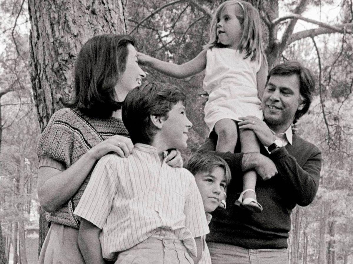 Foto: Felipe González con su ex mujer y sus hijos en Doñana. (Efe)
