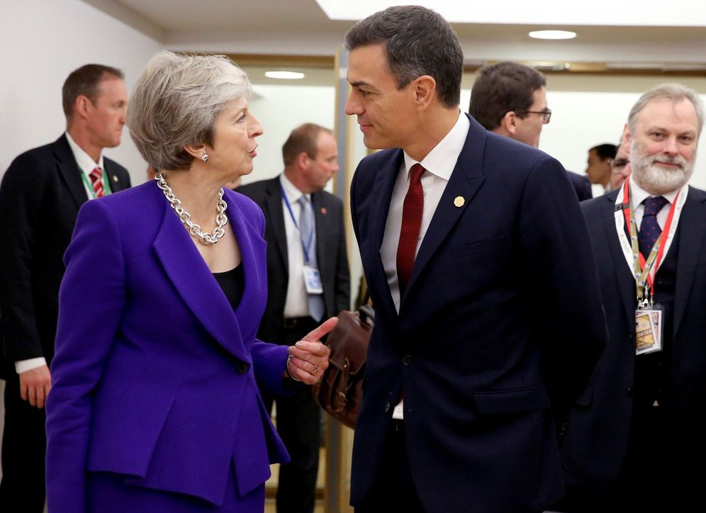 Foto: Pedro Sánchez charla con Theresa May el pasado 18 de octubre en Bruselas. (EFE)