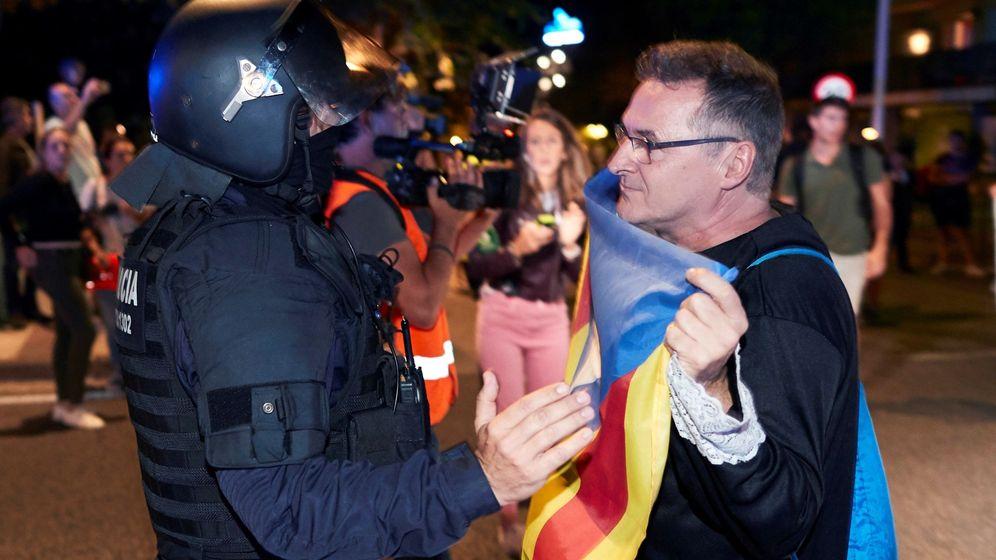 Foto: Manifestación de los CDR para echar a las fuerzas de seguridad españolas en Barcelona. (EFE)